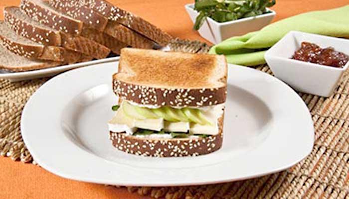 Sandwich de queso brie y manzana