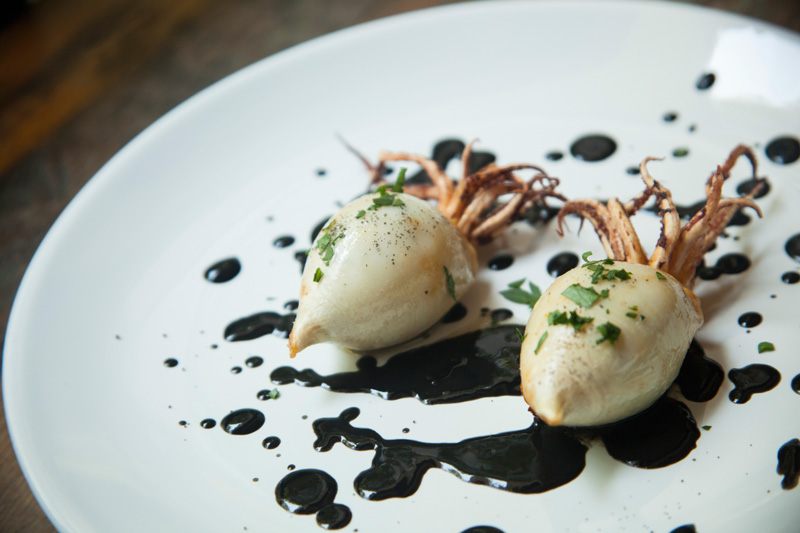 Calamar-relleno-de-flor-de-calabaza-con-salsa-nero-di-sepia2