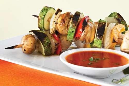 Brochetas de verduras en salsa de tamarindo