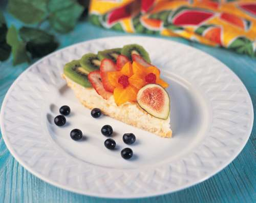 plato blanco extendido con una rebanada de pastel con frutas
