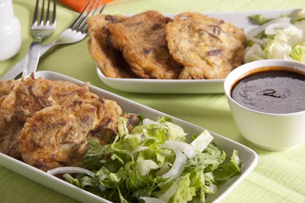 Tortitas de carne de res con salsa de pasilla