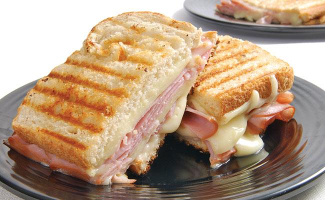 Sándwich de pavo y queso gratinado