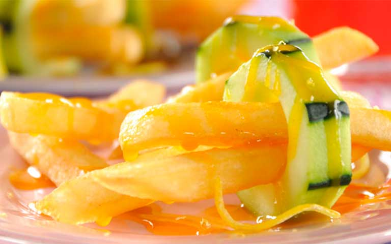 Papas fritas a l afrancesa con salsa chamoy de mango