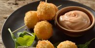 Receta Croquetas de puré de papa en brochetas con salsa rosa